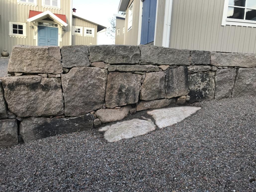 stenmur byggd av Falk´s trädgårdsmiljö i Tanumshede