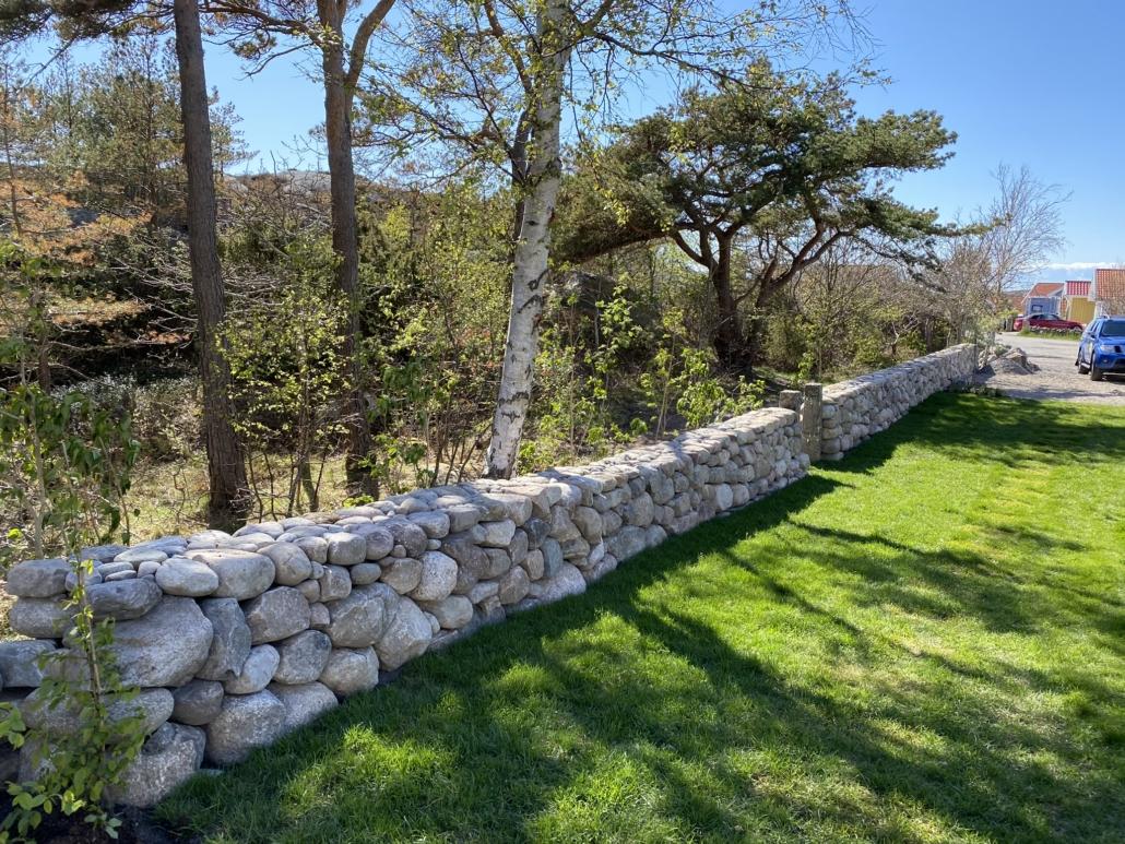Vacker mur av Falk´s trädgårdsmiljö i Tanumshede
